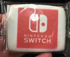 米のスイッチ体験イベントで、NintendoSwitchの可愛らしいクッキーやピンバッジ、ペットボトルが配られていた