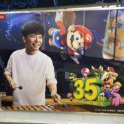 『スーパーマリオブラザーズ35周年』の看板広告が東京の駅に登場!